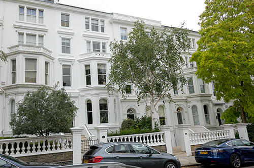 exterior-view-of-white-mansion-block-in-london-(1)